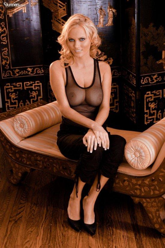 Hanna Hilton расположилась на диванчике (12 фото)