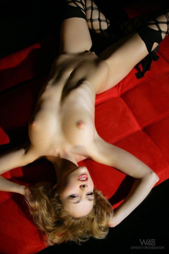 Alissa White на красном диване (20 фото)