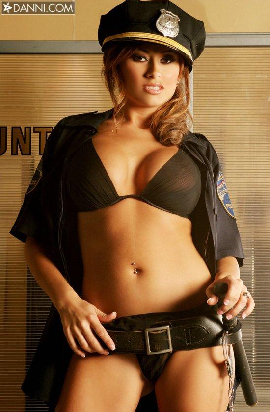 Lisa Daniels в форме полицейского (12 фото)