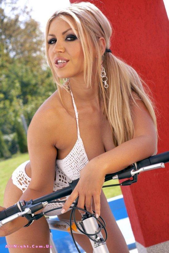 Велосипедистка Anette Dawn (10 фото)