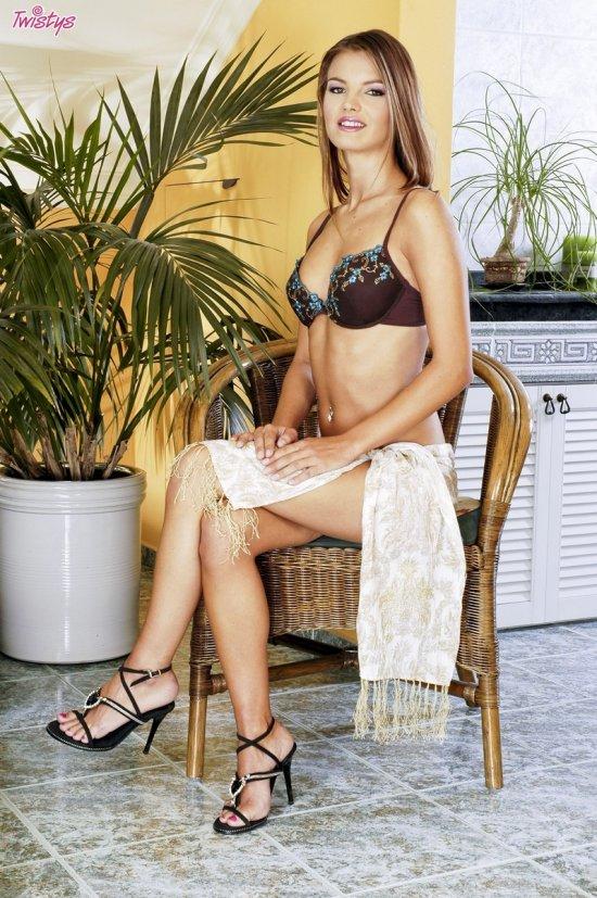 Скромная Suzie Carina на стульчике (16 фото)