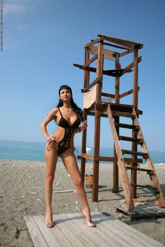 Roxanna одна на пустом пляже (20 фото)