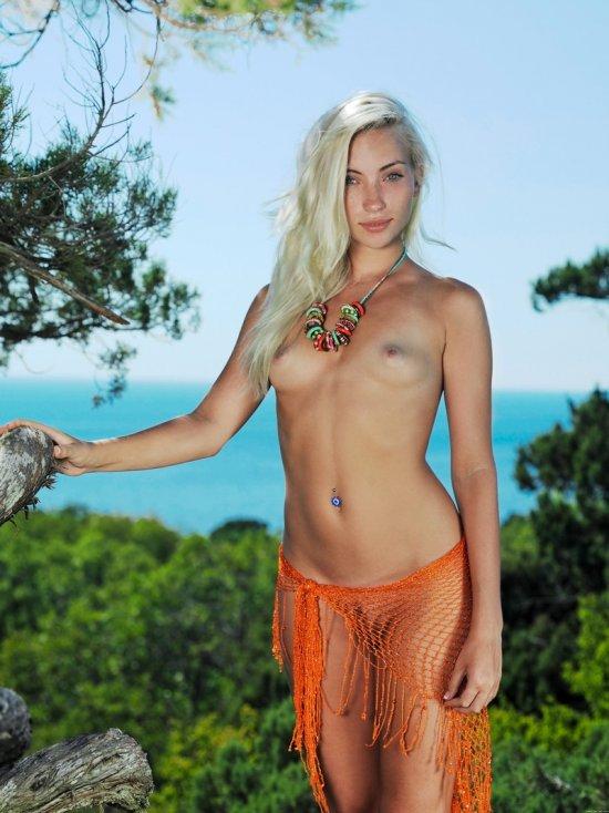 Загадочная блондинка Adelia (18 фото)