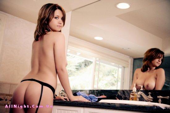 Christina Marie в соблазнительных чулках (15 фото)