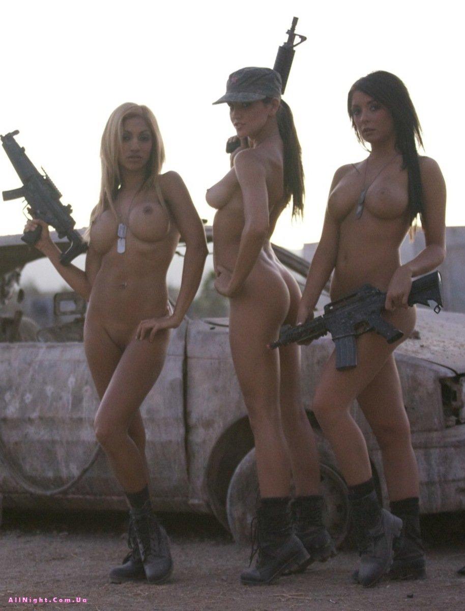 Девушек фото c оружиями голые