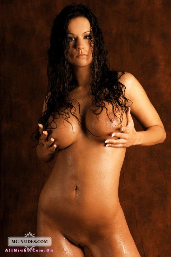 Мокрая и голая Vivian (16 фото)