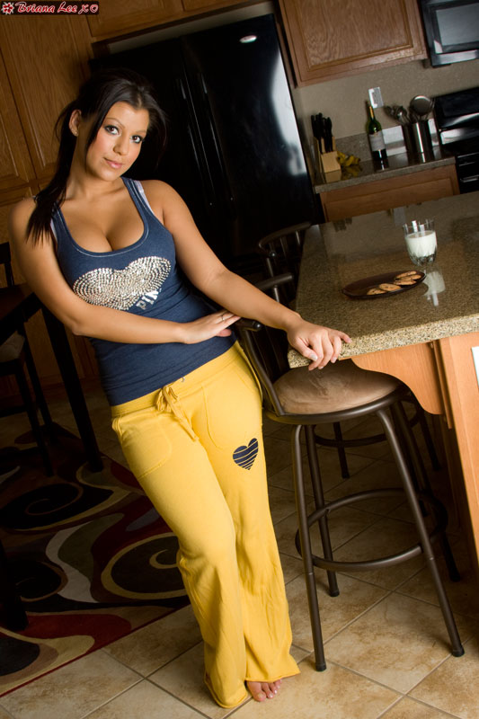 Briana Lee пьет молоко на кухне (12 фото)