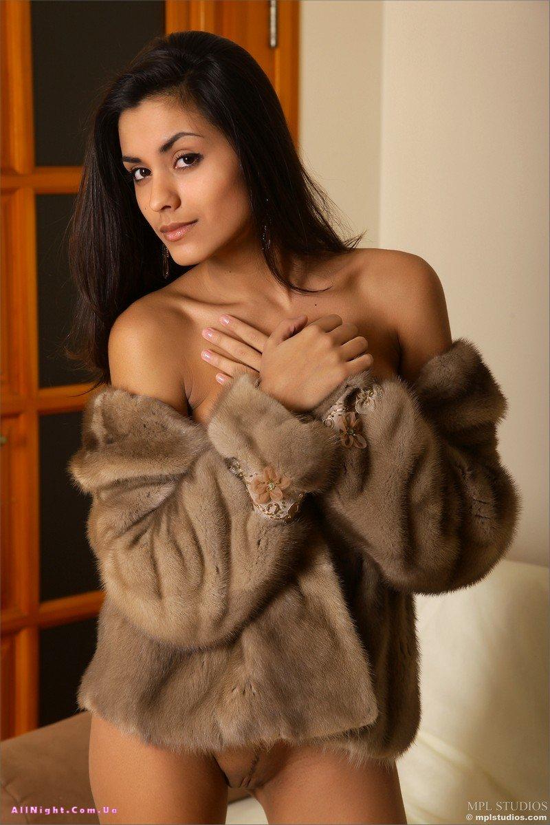 голая девушка на шубе фото