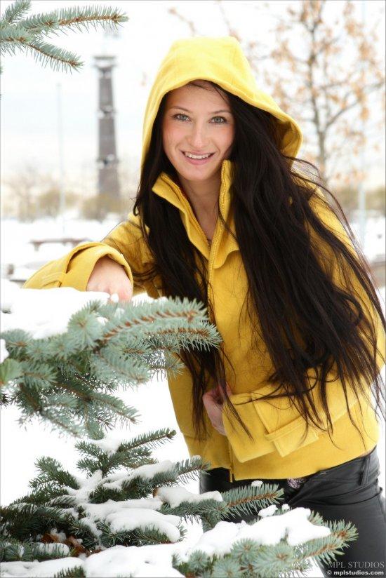 Зимняя прогулка брюнетки Marina (16 фото)