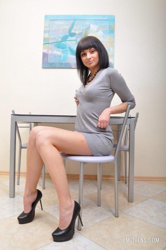 Секретарша Ira разделась в офисе (18 фото)