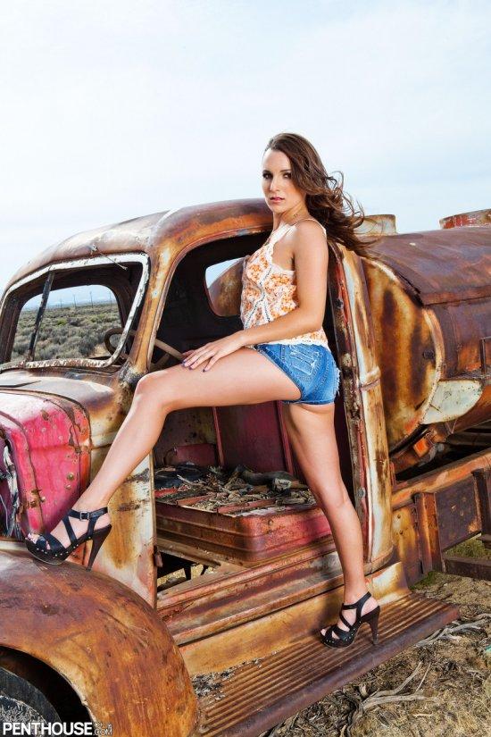 Jenna Rose возле старого авто (20 фото)