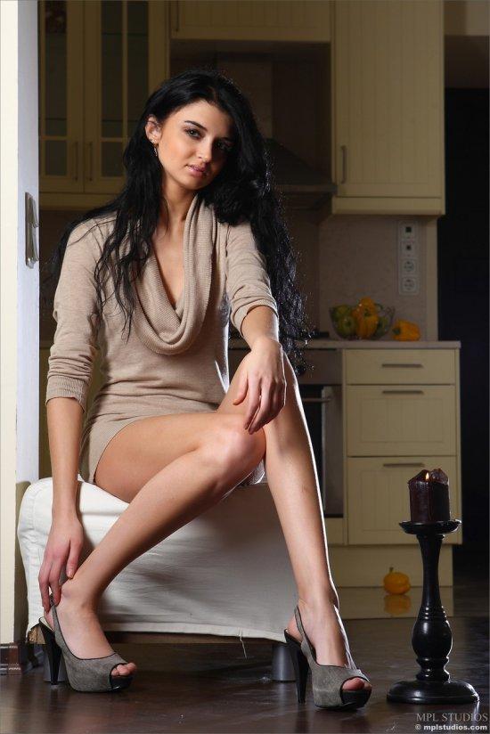 Скучающая брюнетка Renata (18 фото)