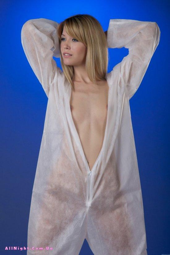 Hloya в защитном костюме (12 фото)