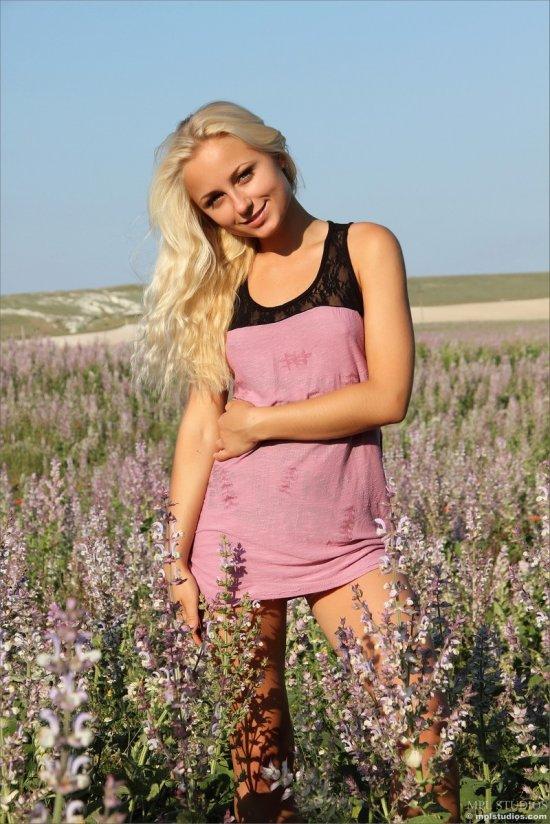 Tess на цветочном поле (20 фото)