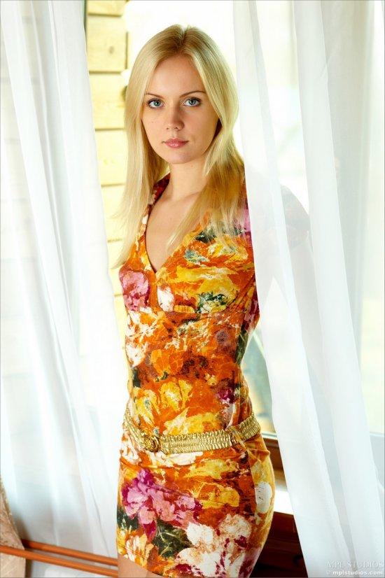 Sara снимает с себя летнее платье (14 фото)