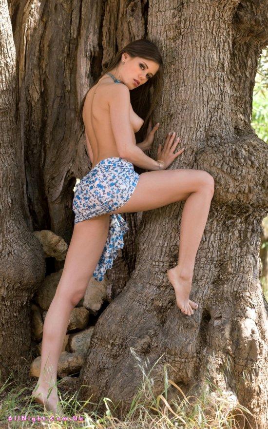 Эротика под деревом с Little Caprice (15 фото)