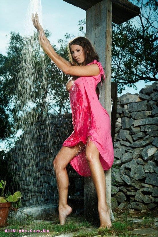 Освежающий душ сексапильной Lizzi (20 фото)
