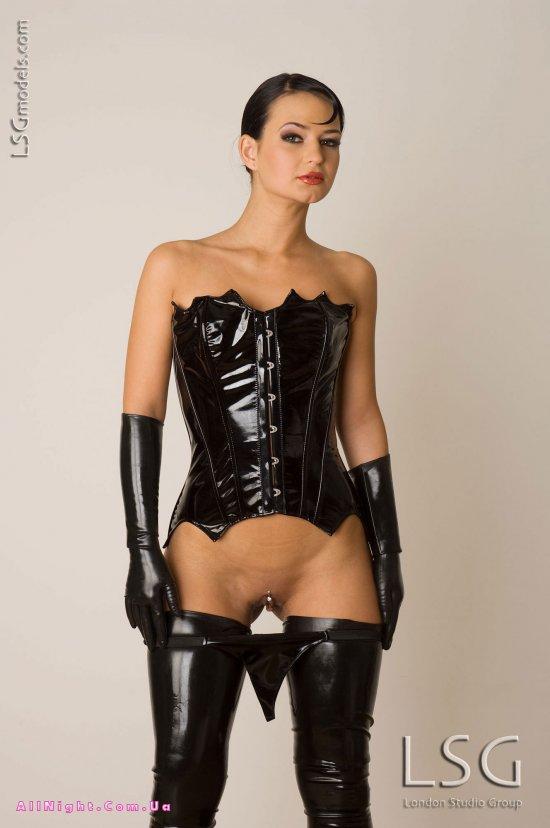 русская женщина в кожаной одежде бдсм фото