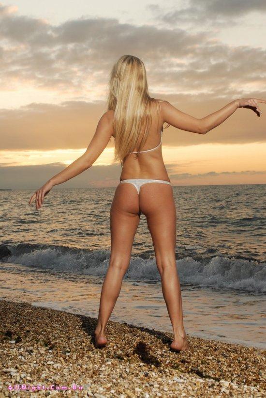 Эротика блондинки Natalia на закате солнца (18 фото)