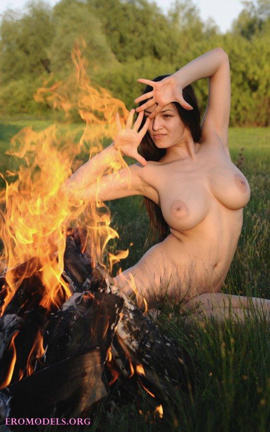Голая Sofie у горячего костра (16 фото)