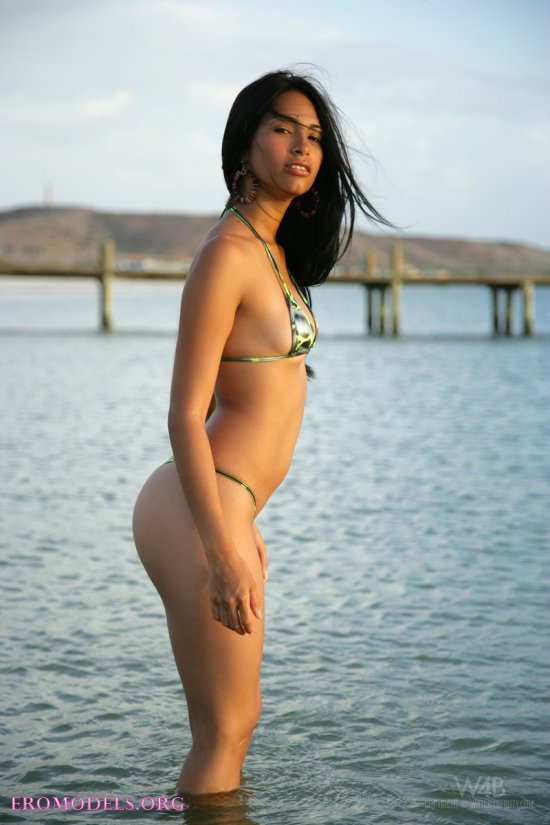 Утренняя эротика Ruth Medina на пляже  (16 фото)