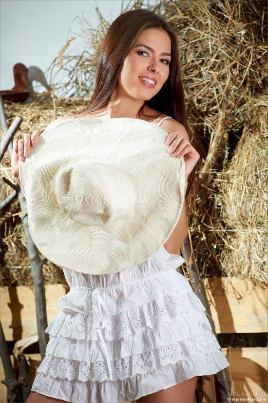 Эротика Arianna в сельском сарае (18 фото)