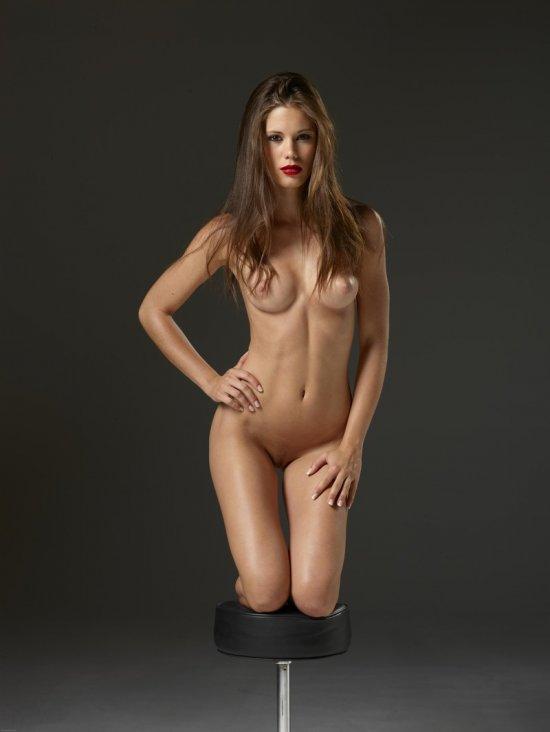 Студийная эротика с именитой моделью Little Caprice (14 фото)