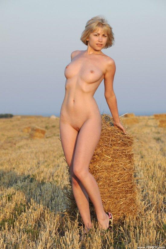Обнаженное тело Olivia на сеновалах (14 фото)