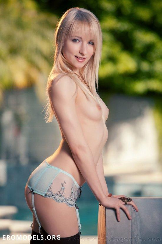 Милая Ashley Jane в тонких чулочках (16 фото)