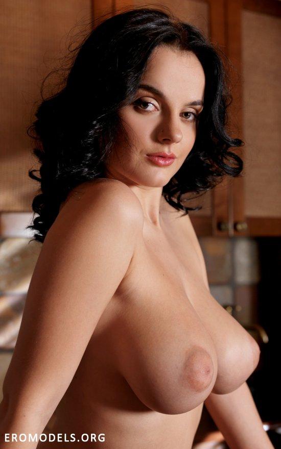 Убедительный размер грудей сексуальной Lana (16 фото)