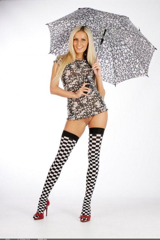 Привлекательная блондинка Neilla с зонтиком (14 фото)
