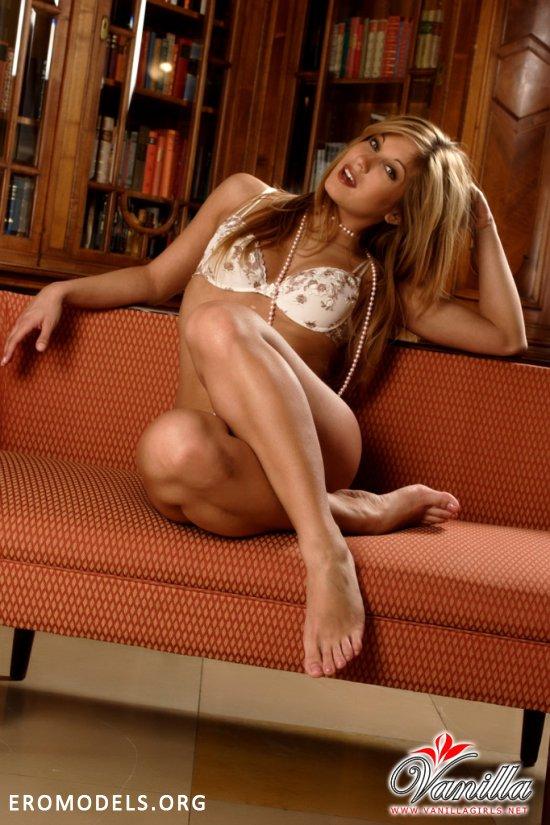 Откровенная Chiara проявила себя в эротике (22 фото)