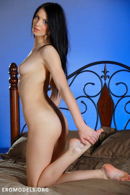 Эротическое приключение Kristina на кровати (14 фото)