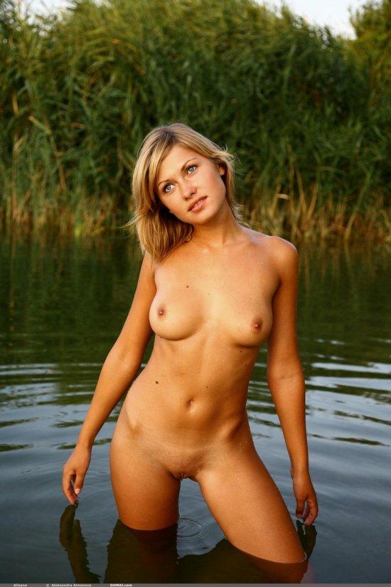Купание нагишом в пруду с красивой Alisana (16 фото)