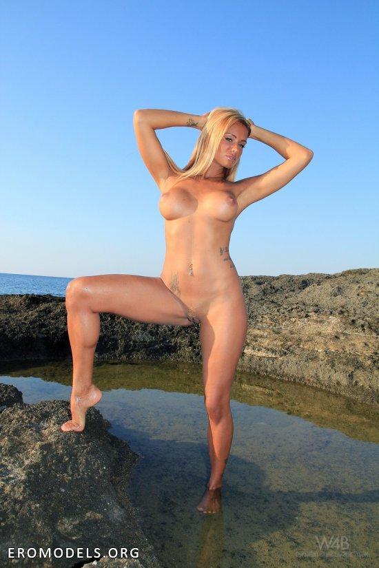 Ashley Bulgari на скалах рядом с морем (12 фото)