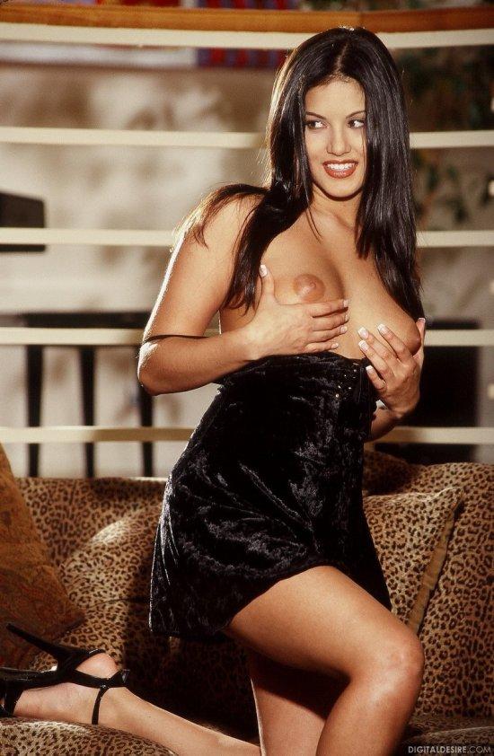 Брюнетка Sunny Leone с горячим огоньком (16 фото)