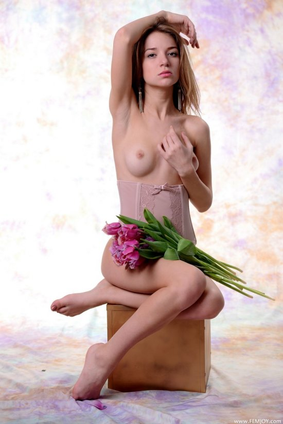 Красота миловидной девушки Yani с букетом цветов (14 фото)