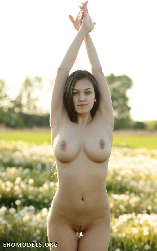 Sofie раскрепостилась на поле с одуванчиками (16 фото)
