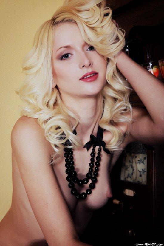 Эротика глазами привлекательной блондинки Adelia (18 фото)