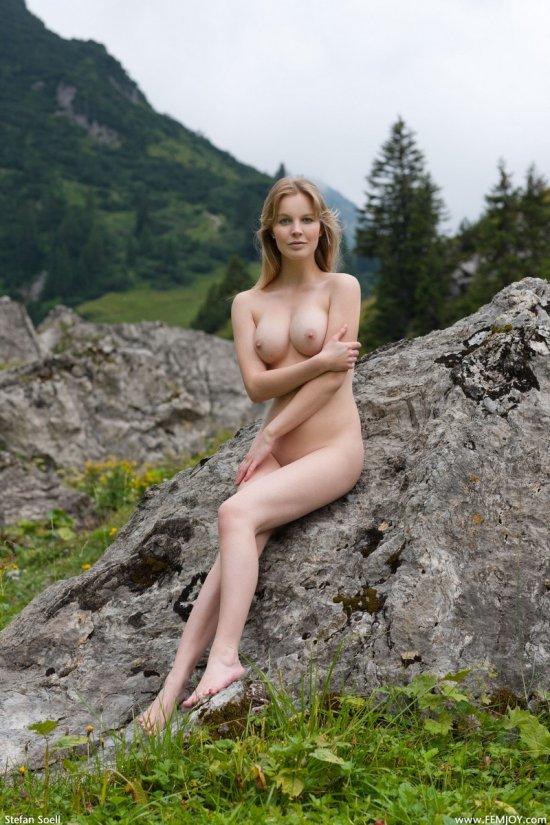 Belinda презентовала обнажение в горах (18 фото)