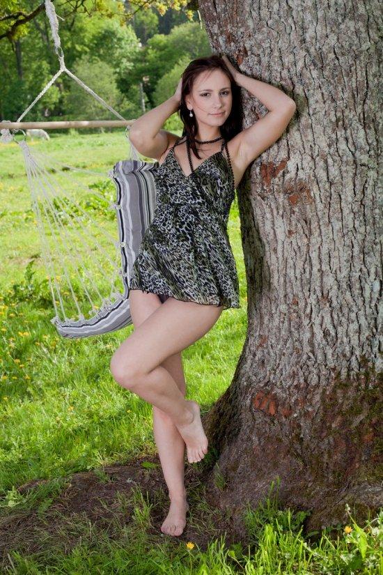 НЮ фотосессия Karina под деревом в парке (14 фото)