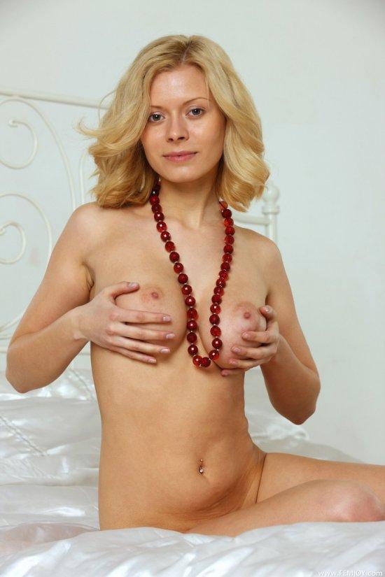 Anni зазывает к себе на горячую эротику (20 фото)