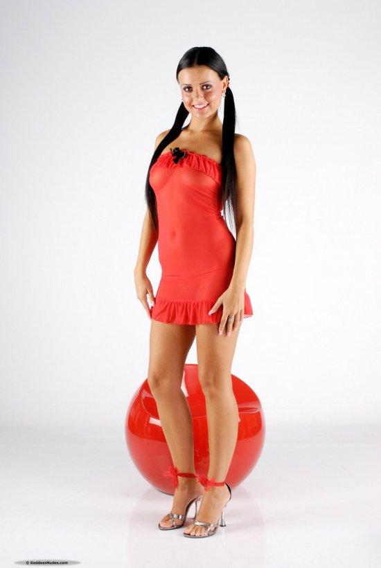 Эротика горячей Laetita на красном шаре (12 фото)