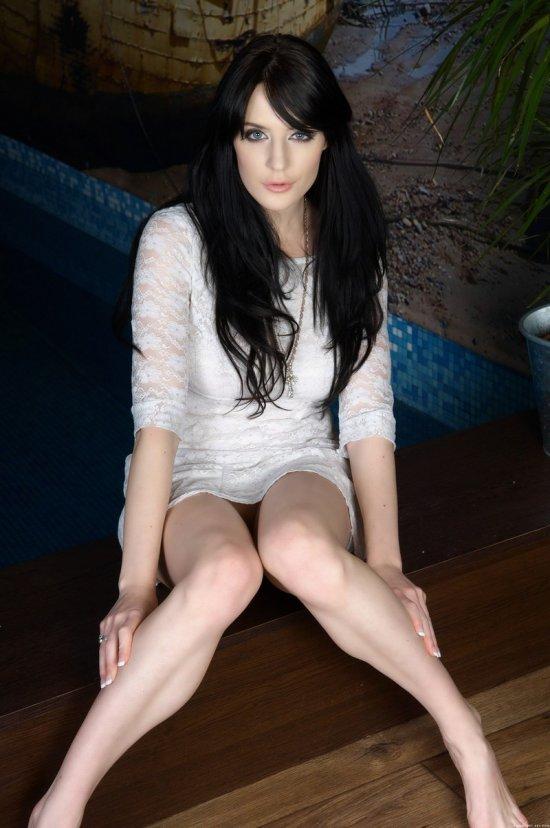 Обнажение брюнетки Samantha Bentley в сауне (12 фото)