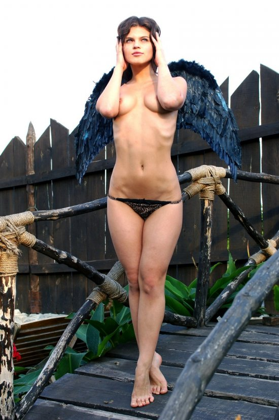 Обнаженный ангел Uma с черными крыльями (14 фото)