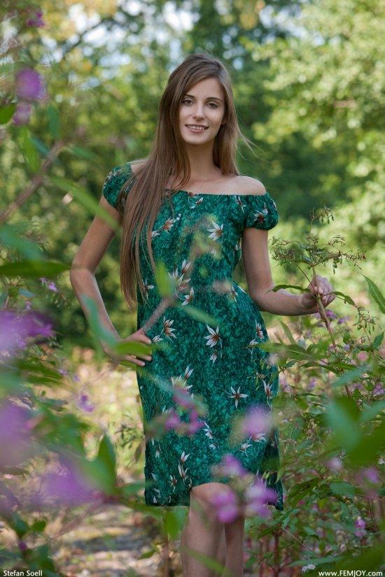 Обнажение симпатичной Lena на заросших кустами рельсах (18 фото)