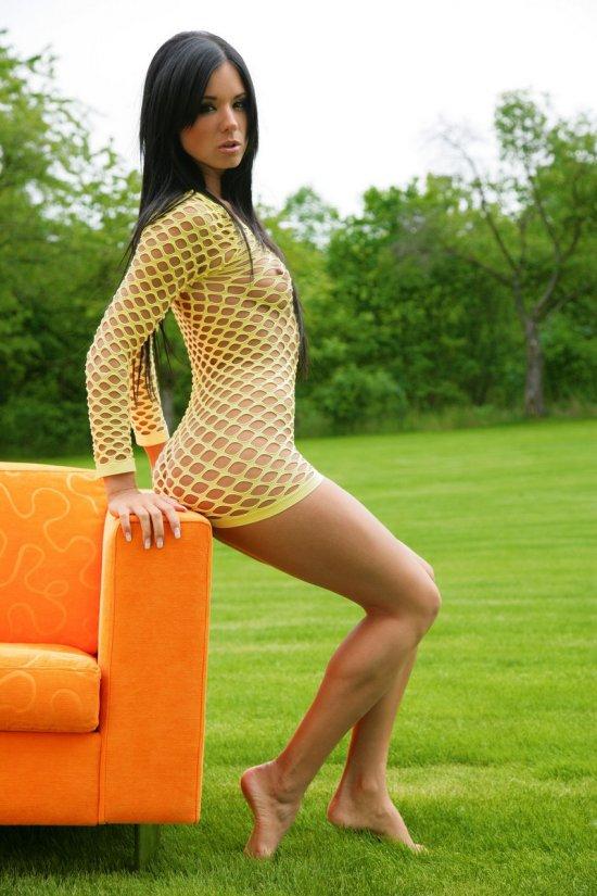 Ashley Bulgari нашла комфорт на кресле во дворе (20 фото)