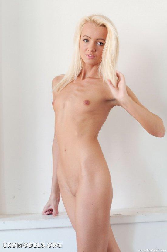 Милое личико компенсировало небольшие груди Lola (18 фото)