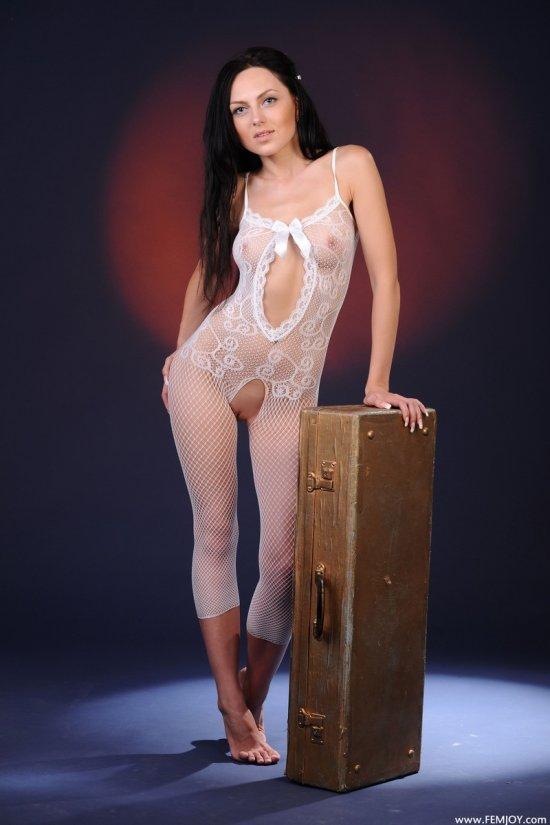 Эротика девушки Sara в студии со сказочной подсветкой (16 фото)