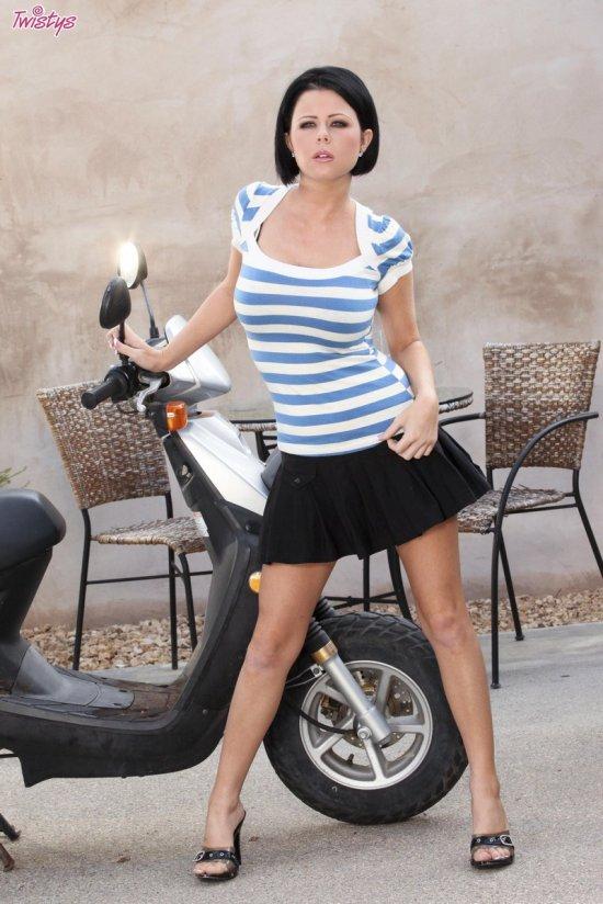 Интимные посиделки Loni Evans на скутере (16 фото)